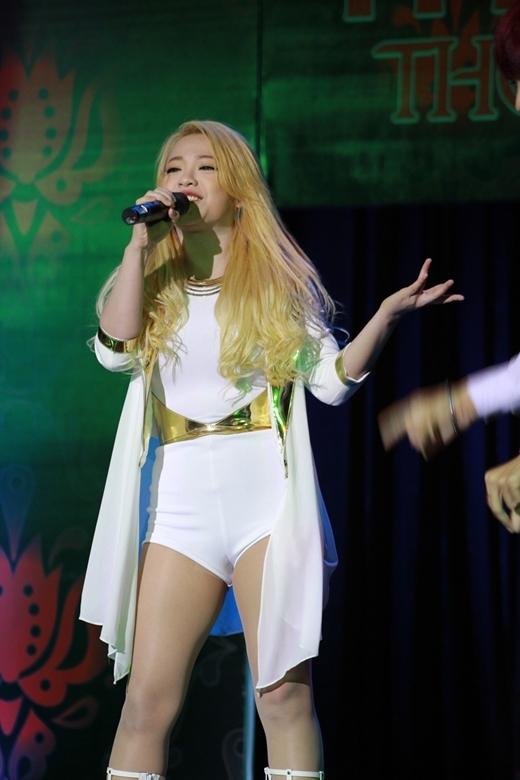 Cô đưa khán giả du lịch sang ba nước Anh - Hàn Quốc và Việt Nam với màn hóa thân thành Rihanna, CL và Thu Minh.