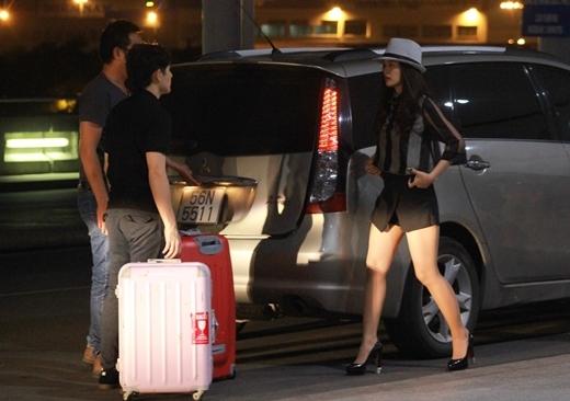 Đông Nhi - Ông Cao Thắng cũng có mặt ở sân bay Tân Sơn Nhất để chuẩn bị lên đường sang Hàn Quốc biểu diễn.
