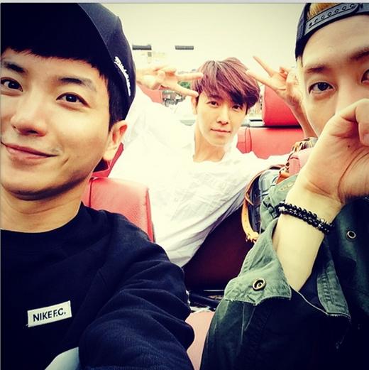 Ba anh em Leeteuk, Donghae, Eunhyuk tạo dạng trên xe khiên fan vô cùng thích thú