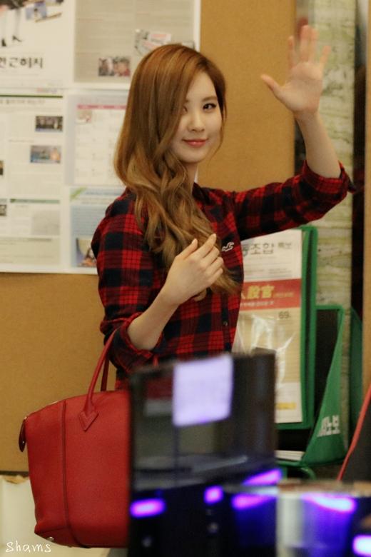 Seohyun không thoải mái khi đọc sách ở chốn đông người