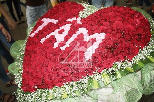 FC Mỹ Tâm đã đến từ rất sớm mang theo hoa để dành tặng cho thần tượng - Tin sao Viet - Tin tuc sao Viet - Scandal sao Viet - Tin tuc cua Sao - Tin cua Sao