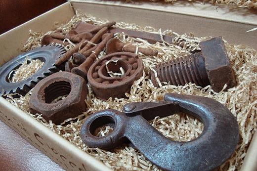 Bạn có dám ăn những cả bộ đồ nghề làm từ... chocolate này không? Có cả đinh, ốc vít nữa nhé.