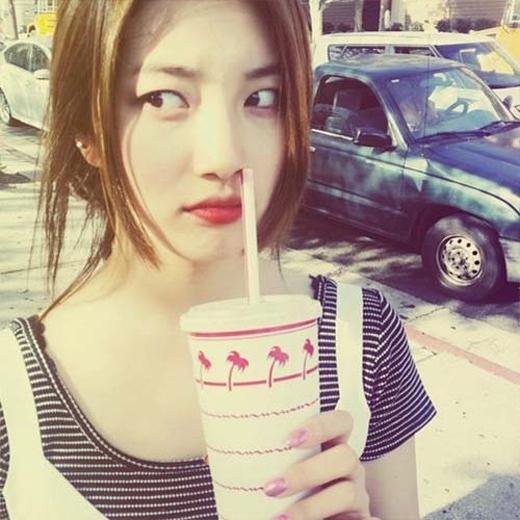 Suzy khoe ảnh ngộ nghĩnh khi cô trêu đùa với ống hút trên chiếc mũi của mình