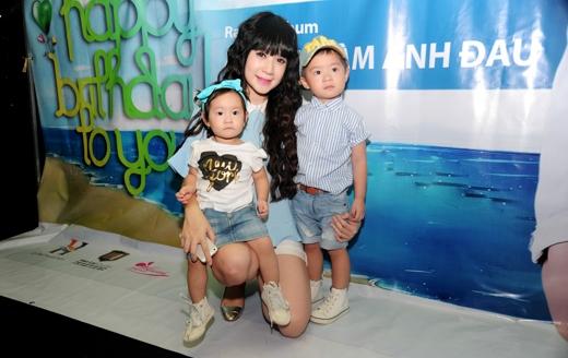 Minh Hà cùng 2 con đến chúc mừng Lý Hải