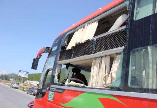 Phần gương bên hông ghế lái bị vỡ nát.