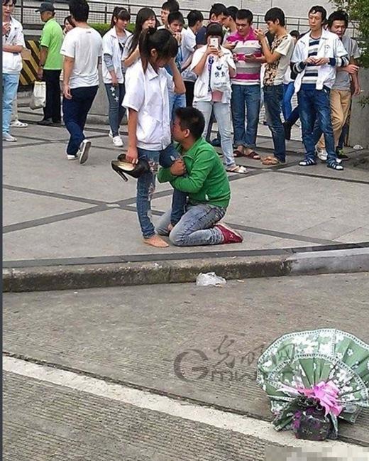 Bức hình chàng trai quỳ xuống ôm chân bạn gái ngay lập tức được cư dân mạng chia sẻ với tốc độ chóng mặt trên facebook, Zalo...