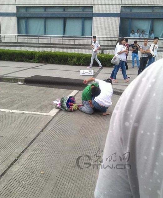 Không những không thể thoát được mà cô gái còn bị chàng trai kéo xuống.