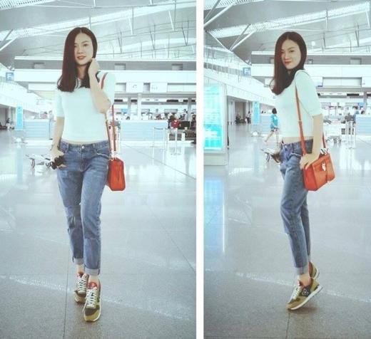 Kết hợp giữa chiếc áo phông đơn giản, quần jean 'bụi' cùng đôi giày thể thao,Thu Thủy trông rất trẻ trung và năng động.