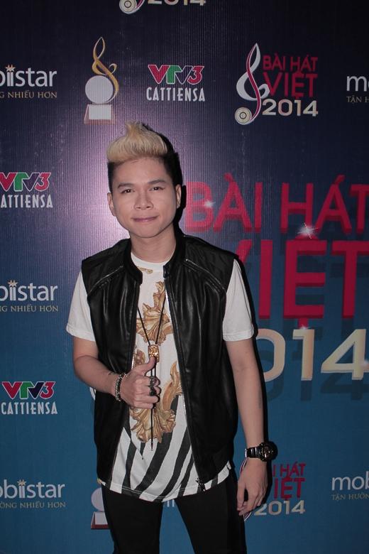 Hoàng Tôn trong chương trình Bài hát Việt vừa diễn ra. Anh không đứng chụp hình cùng với các thành viên của FB Boiz
