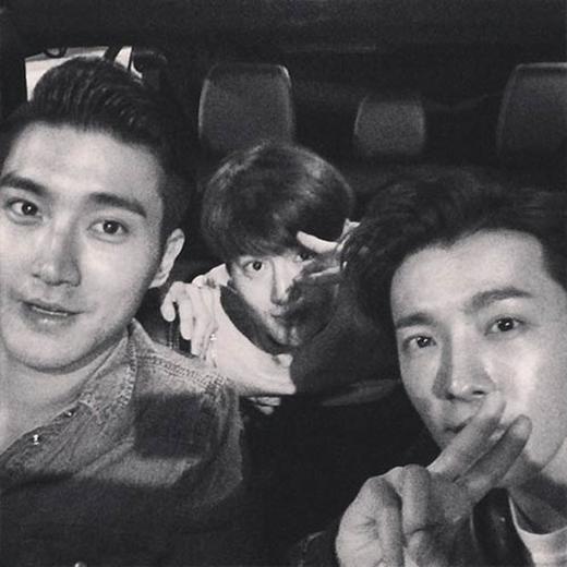 Donghae khoe hình tự sướng cùng Siwon và đàn em Suho (EXO)