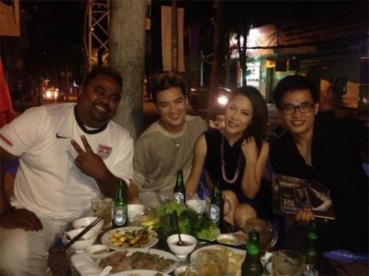 Trong lần vợ chồng Thu Phương trở về Việt Nam, các ca sĩ cũng tranh thủ gặp gỡ tại một quán nhậu ở Sài Gòn. Không cần cao lương mỹ vị, các nghệ sĩ nổi tiếng vẫn ngập tràn niềm vui - Tin sao Viet - Tin tuc sao Viet - Scandal sao Viet - Tin tuc cua Sao - Tin cua Sao