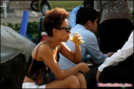 Thảo Trang ăn mặc rất mát mẻ ngồi uống trà đá vỉa hè. Nữ ca sĩ luôn thể hiện cá tính của mình ngay cả những khoảnh khắc đời thường nhất. - Tin sao Viet - Tin tuc sao Viet - Scandal sao Viet - Tin tuc cua Sao - Tin cua Sao