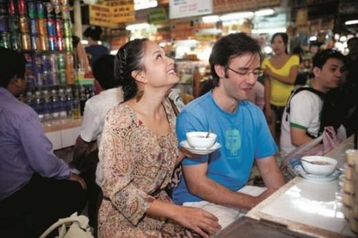 Lan Phương bị bắt gặp đi cùng bạn trai ngoại quốc thưởng thức chè tại một quán ăn. - Tin sao Viet - Tin tuc sao Viet - Scandal sao Viet - Tin tuc cua Sao - Tin cua Sao