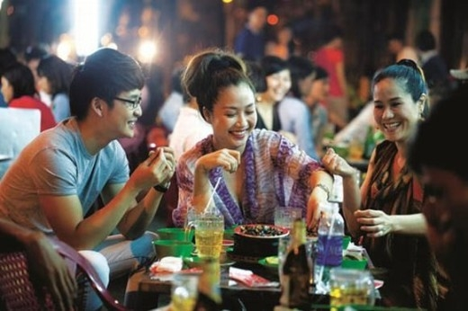 Sau một ngày làm việc căng thẳng, Ốc Thanh Vân tìm sự thư giãn bên bạn bè để cười đùa thoải mái trong một quán ăn bình dân. - Tin sao Viet - Tin tuc sao Viet - Scandal sao Viet - Tin tuc cua Sao - Tin cua Sao