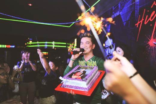 Đàm Vĩnh Hưng bất ngờ khi được fans tổ chức sinh nhật tại rạp chiếu phim - Tin sao Viet - Tin tuc sao Viet - Scandal sao Viet - Tin tuc cua Sao - Tin cua Sao