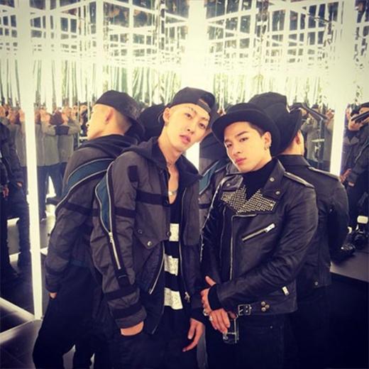 Taeyang tranh thủ chụp hình cùng stylist Yang Seung Ho