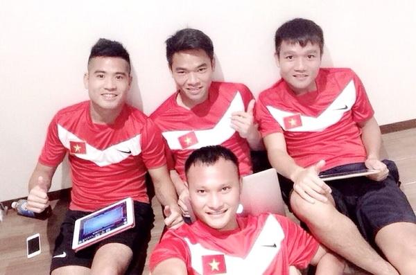 Các tuyển thủ Việt Nam tranh thủ thư giãn sau buổi tập nặng