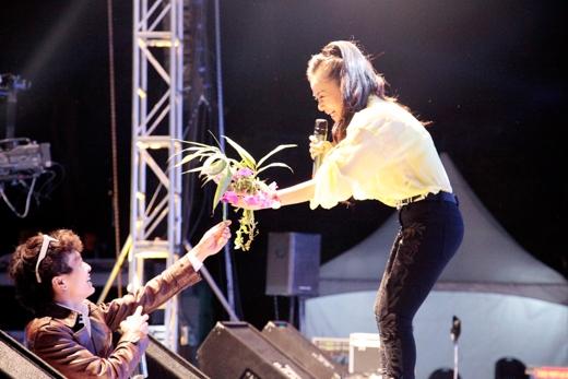 Ca sĩ Thu Minh mang đến chương trình một loạt ca khúc hit của mình như Đường cong, Bay... làm cho khán giả đứng ngồi không yên.