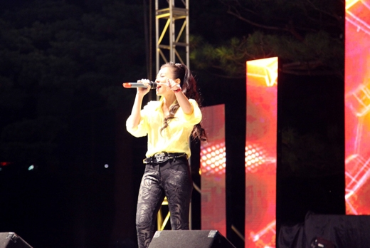 Đặc biệt cuối chương trình cô tặng thêm khán giả một màn hát chay các ca khúc của mình và phô diễn giọng hát điêu luyện.