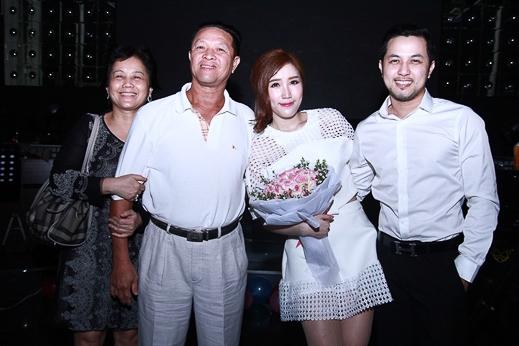 Bố mẹ và anh trai đến chia vui cùng Bảo Thy - Tin sao Viet - Tin tuc sao Viet - Scandal sao Viet - Tin tuc cua Sao - Tin cua Sao