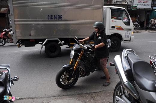 """Trong một lần đang lang thang trên đường Võ Văn Kiệt, Hoàng Anh nhìn thấy những chiếc môtô """"khủng"""" trong tiệm sửa và bắt đầu mê mẩn từ đó. Chiều nào, cậu cũng đến cửa tiệm để nhìn ngắm cho đã mắt."""