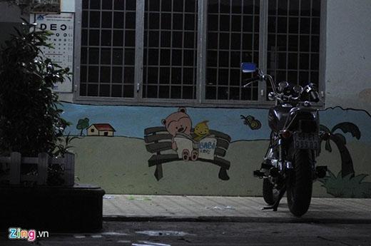 Tuy nhiên khác với 'bạn bè' cùng lớp, Hoàng Anh đến trường bằng xe môtô phân khối lớn.