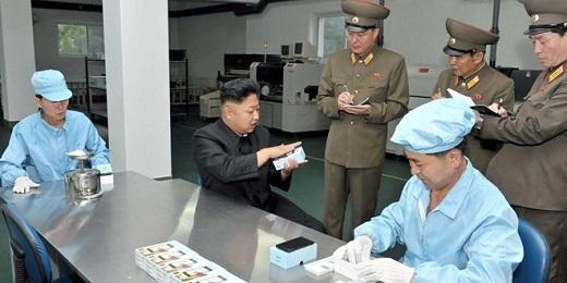 Nhà lãnh đạo Triều Tiên Kim Jong Un thăm nhà máy sản xuất smartphone của nước này. Tuy nhiên, một số nguồn tin cho rằng đây chỉ là các sản phẩm được nhập khẩu từ Trung Quốc. Ảnh: Reuter.