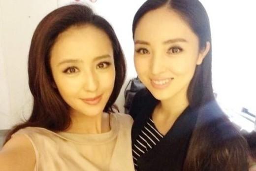 Chụp chung tấm ảnh này, không ít người tưởng Đồng Lệ Á và Đổng Tuyền là 2 chị em song sinh.