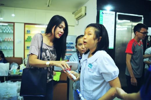 """Nữ diễn viên Đinh Y Nhung cũng tâm sự: """"Tham gia nhiều chương trình từ thiện, nhưng đây là dịp mà Nhung cảm thấy xúc động nhất. Bởi vì ngoài chuyện tặng quà cho các em nhỏ, thì đây là lần đầu tiên một nhà làm phim ở Việt Nam sẵn sàng trích doanh thu của phim để ủng hộ cho những số phận thiệt thòi. Chính vì thế, """"Hiệp sĩ mù"""" đã rất xứng đáng và ý nghĩa với cái tên của nó""""…"""