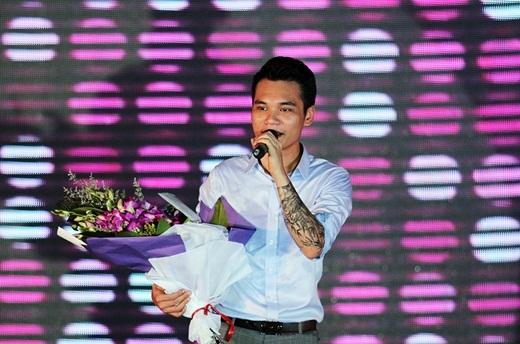 Với giọng hát ngọt ngào, ngoại hình nam tính và sự thân thiện cởi mở, chàng ca sĩ 'Yêu lại từ đầu' đã làm tan chảy bao trái tim sinh viên trường báo - Tin sao Viet - Tin tuc sao Viet - Scandal sao Viet - Tin tuc cua Sao - Tin cua Sao