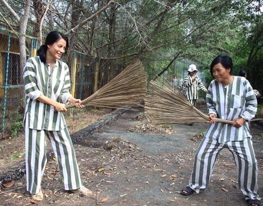 Trương Ngọc Ánh và Phương Thanh cầm chổi đùa vui cùng nhau trong một cảnh phim của Hương Ga.