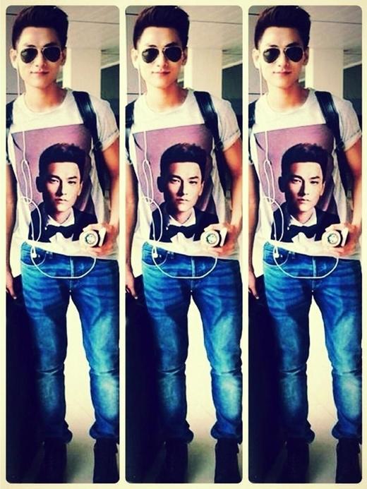 Isaac thích thú với chiếc áo phông có in hình mình.