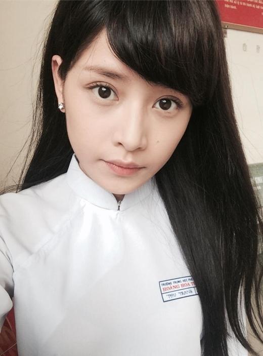 Sau khi thừa nhận đã tạm hoãn lại việc học để theo đuổi nghệ thuật, Chi Pu gây bất ngờ với hình ảnh mặc áo dài nữ sinh cấp 3, bên cạnh đó còn là mái tóc đen dài lạ lẫm.