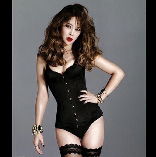 'Nữ hoàng nhạc phim' Baek Ji Young khoe hình gợi cảm trên tạp chí