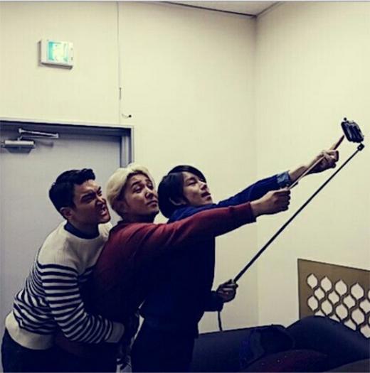 Heechul khoe hình 3 thành viên Kang In, Siwon và anh cùng 'tự sướng'