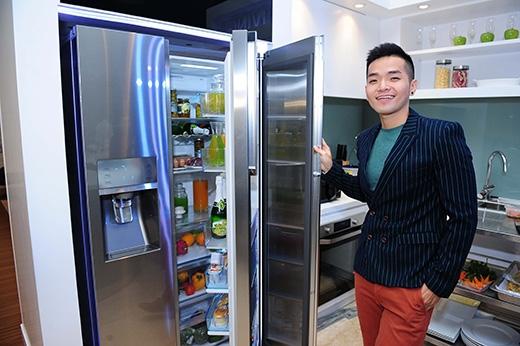 Phạm Hồng Phước say sưa trải nghiệm tủ lạnh Samsung Food Showcase - Tin sao Viet - Tin tuc sao Viet - Scandal sao Viet - Tin tuc cua Sao - Tin cua Sao