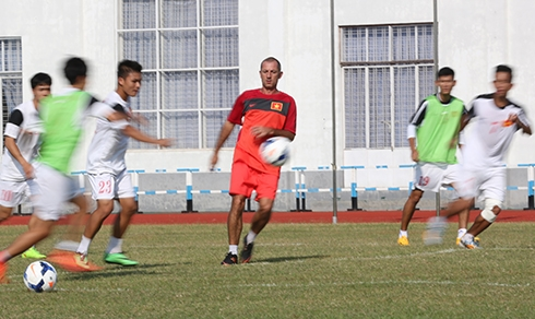 Theo HLV Guillaume Graechen, nếu các học trò của ông kiểm soát được trận đấu thì sẽ dễ dàng trong việc tìm kiếm bàn thắng. Ảnh: Đức Đồng.