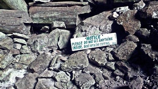 Giật mình với những chiếc quan tài cheo leo vách núi