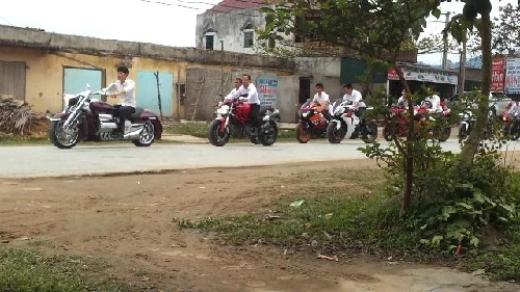 Hàng chục thanh niên cưỡi siêu môtô không đội mũ bảo hiểm. Chiếc Honda Valkyrie Rune dẫn đầu đoàn có giá gần một tỷ đồng.