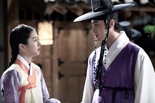 Một cảnh của Yunho và Seo Ye Ji trong phim The Night Watchman