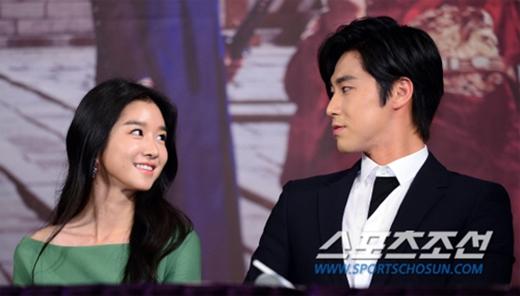 Yunho và Seo Ye Ji trong buổi họp báo phim The Night Watchman