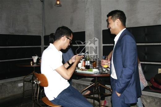 Anh em nhà Louis - Phillip Nguyễn liên tục bận rộn với chiếc điện thoại và tiếp những người bạn doanh nhân của mình. - Tin sao Viet - Tin tuc sao Viet - Scandal sao Viet - Tin tuc cua Sao - Tin cua Sao