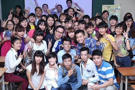 z Nhưng mọi người vẫn không quên chụp ảnh kỉ niệm với anh Tùng Leo, cầu nối đáng yêu giữa YAN và các bạn sinh viên yêu thích ngành truyền thông và yêu mến YAN.