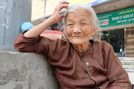 Bà buồn bã cho biết: 'Đã làm đơn hiến xác cho bệnh viện từ cách đây 6 năm vì chết không có ai mai táng'.