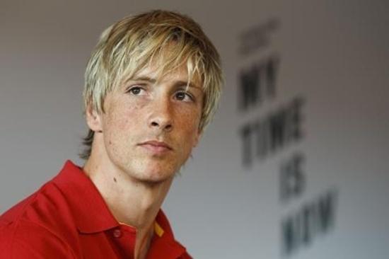 Fernando Torres (AC Milan) khi còn thi đấu dưới màu áo của Liverpool, Torres sở hữu mái tóc vàng pha bạch kim cũng để dài trông rất lãng tử.