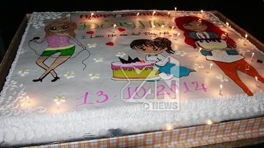 Chiếc bánh sinh nhật khổng lồ được các bạn FC dành tặng cho Đông Nhi.Trến bánh có 3 bức hình chibi của cô khá là dễ thương. - Tin sao Viet - Tin tuc sao Viet - Scandal sao Viet - Tin tuc cua Sao - Tin cua Sao