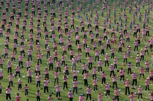 Tháng 2/2013, 4.483 người đồng diễn lắc vòng trong 7 phút ở trường đại học Thammasat ở ngoại ô Bangkok, Thái Lan, lập kỷ lục về số người lắc vòng cùng lúc đông nhất thế giới