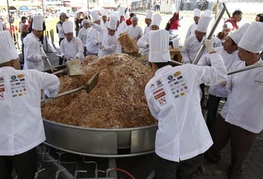 Tháng 2/1013, 52 đầu bếp ở Costa Rica tham gia lập kỷ lục với chảo cơm rang Quảng Đông lớn nhất thế giới. Lượng cơm đủ phục vụ cho hơn 7000 người và có trọng lượng lên tới 1350 kg