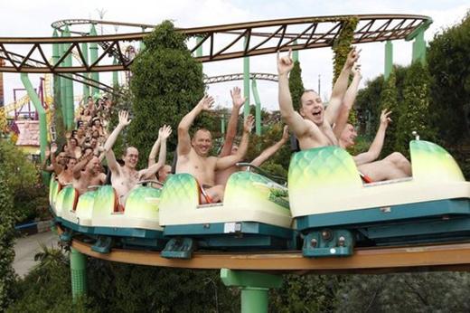 Những 'tín đồ' săn lùng sự sợ hãi đã cùng nhau lập kỷ lục về số người khỏa thân đi tàu lượn siêu tốc đông nhất thế giới. Kỷ lục này được xác lập ngày 8/8/2010 với sự tham gia của 102 người trên tàu lượn Green Scream ở Công viên Đảo Phiêu lưu, Essex, nước Anh.