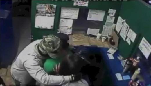 Bi hài kẻ cướp xin lỗi và trả lại tiền cho nạn nhân.